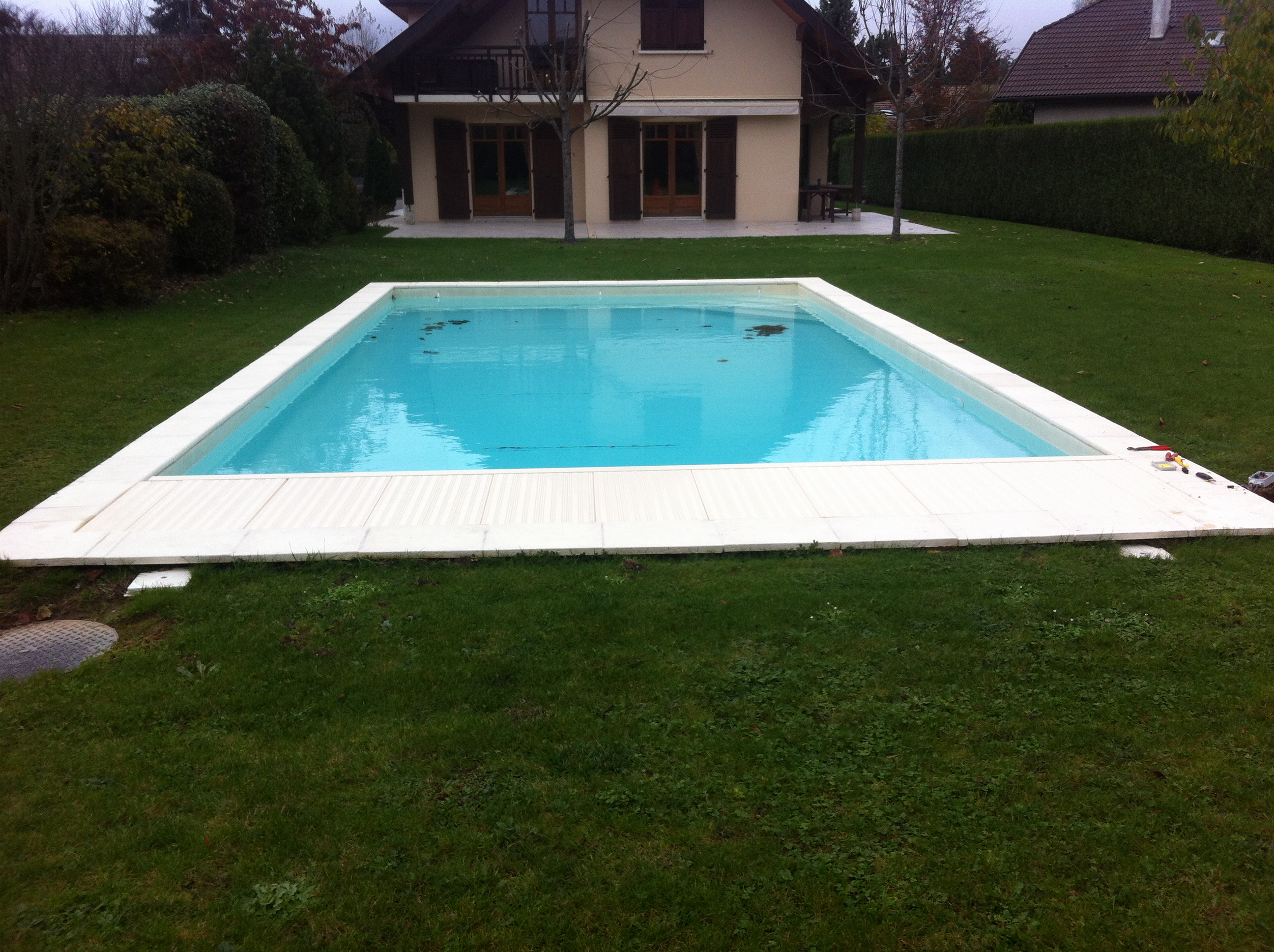 Volet roulant piscine exterieure for Construction piscine 86